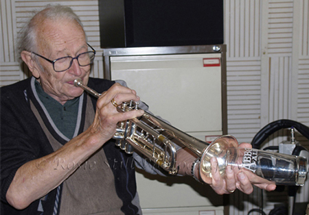 Photo of Humphrey Lyttelton playing in Porcupine studio during a recording session 2006
