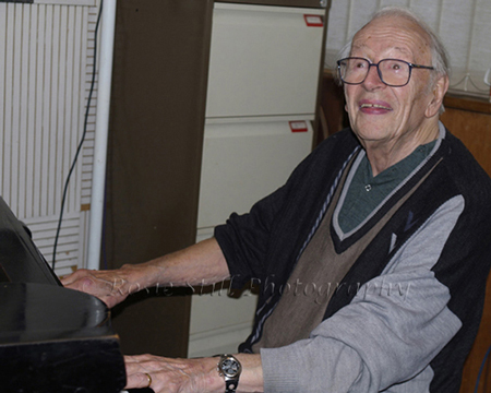 Photo of Humphrey Lyttelton attempting to play the piano 2006